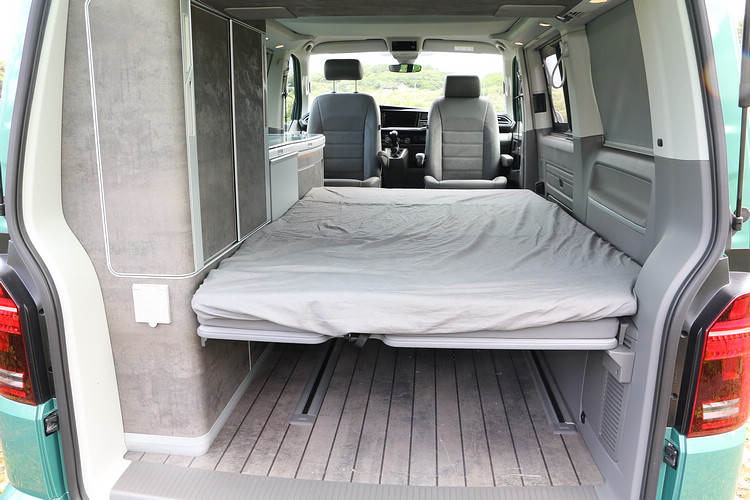 翻平後座椅就能成為一套雙人床,標配就有折疊式床墊,舒適性相當不錯。