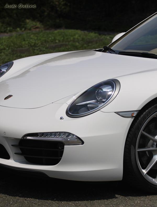 蛙眼式頭燈一直以來都是911的傳統,下方的LED日間型車燈增添現代科技感,拜託不要在改變蛙眼式頭燈的傳統。