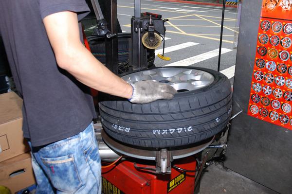 由於輪框上另外安裝了TPMS,拆裝車胎時師傅特別小心避開。