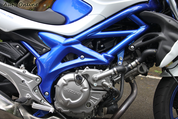 GLADIUS 650的V2引擎讓車輛外觀的設計比較細長,但散熱如果不良後缸容易出現過熱的現象。