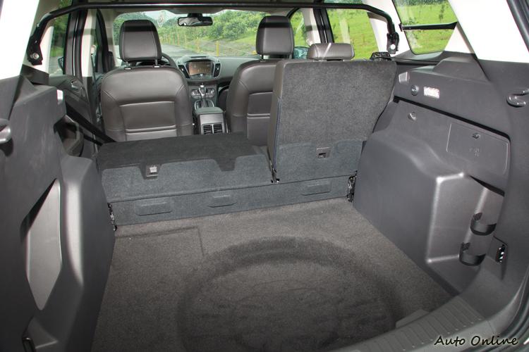 行李廂容積也是三車最小,不過電動尾門與後座椅拉桿放平機構提供很好的便利性。