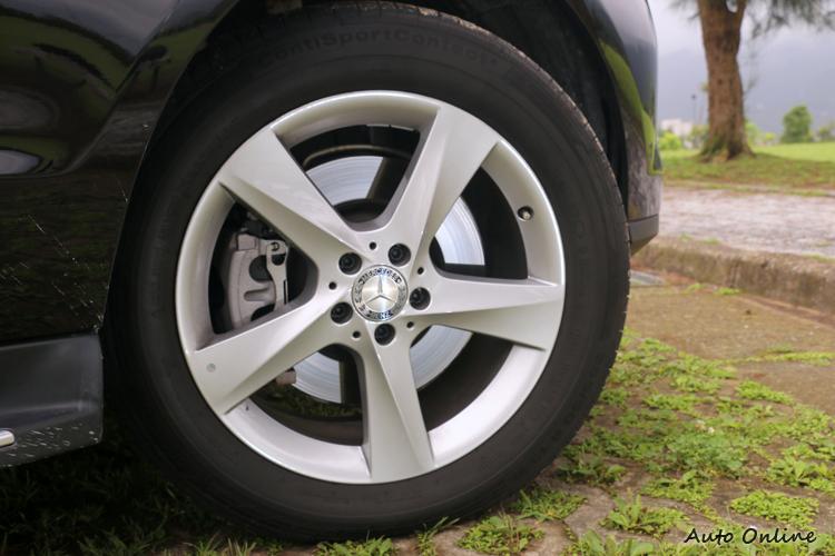 ML 400標準配備19吋鋁圈,消費者當然可以選配尺寸更大鋁圈。