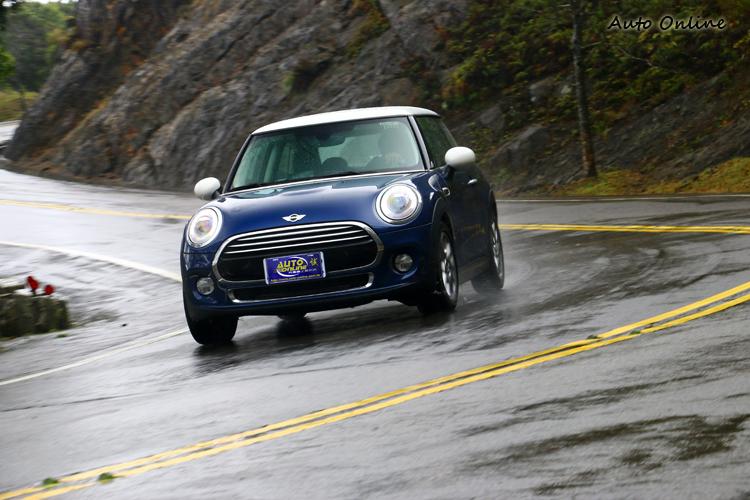 Mini Cooper整體就比Fiesta硬派,操控表現更是無可挑剔。