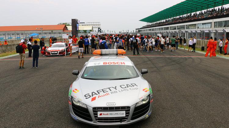 開跑前提供贊助商與VIP上場和車手近距離交流、合照的機會,是大型賽車活動不可或缺的安排。