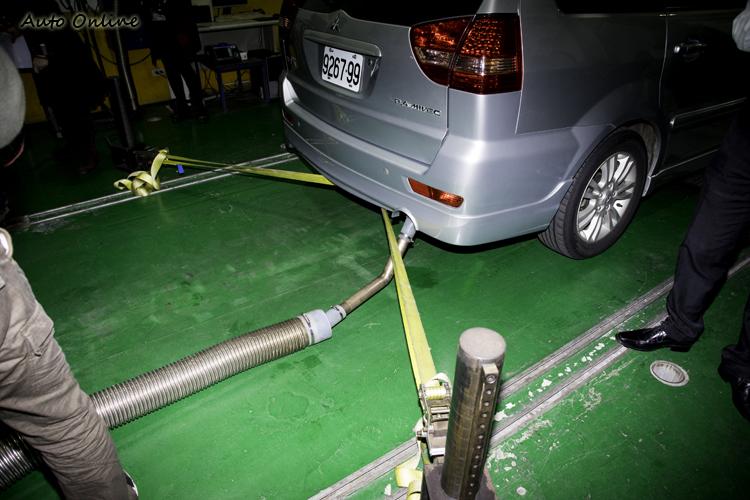 車子在動力計上模擬行駛狀況,排氣尾管則接上管線將廢氣傳輸至定容取樣系統。
