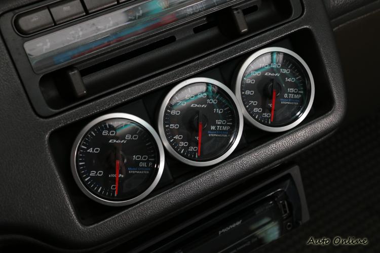 三環表用來監控引擎狀況,從左到右為油壓、水溫與油溫。