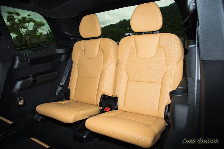 第三排座椅以165公分左右乘客來說膝蓋還不置於頂到第二排椅背。