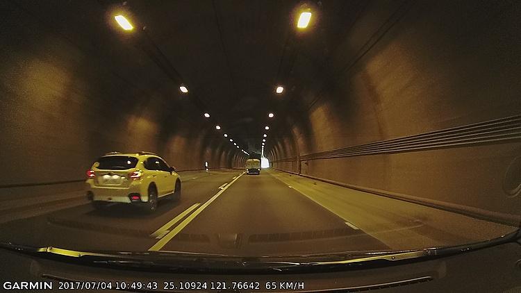 夜間與隧道內的截圖看起來偏糊,不過進出隧道時的光影變化不會出現短暫盲點而影響判讀。