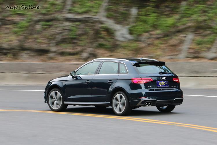 為了營造駕駛駕車時的安全感,車窗與車門採用1:2的比例。