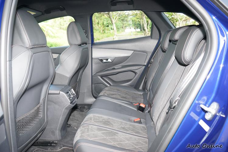 座椅由真皮與麂皮雙材質混搭包覆,觸感舒適。