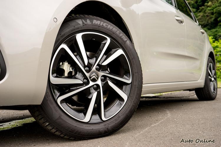 205/55輪胎搭配17吋鋁圈。