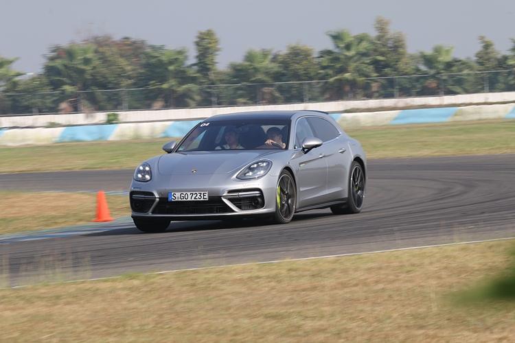 Porsche證明了Hybrid車款也可以不必成為馬路上的活動路障,傳統跑車迷所追求的駕駛樂趣,在坐擁綠能的同時不必為此妥協。