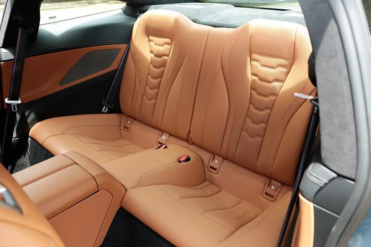 後座空間比起之前6系列Coupe還小,成人坐進去會顯得有些擁擠。