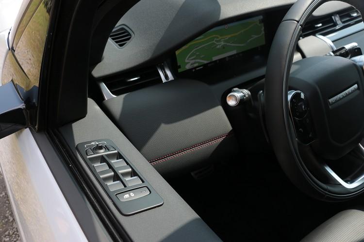 電動窗控制單元維持傳統在門板的最上方位置。