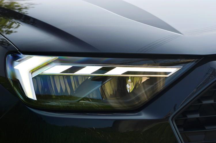 配合更動感的外型設計,全新光箭型LED極光頭燈組造型銳利也更搶眼。