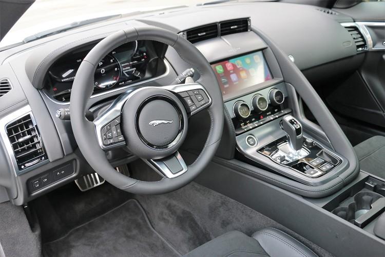 跑車的駕駛介面相當重要,必須以駕駛者為中心,捨去駕駛時的不必要任何動作。