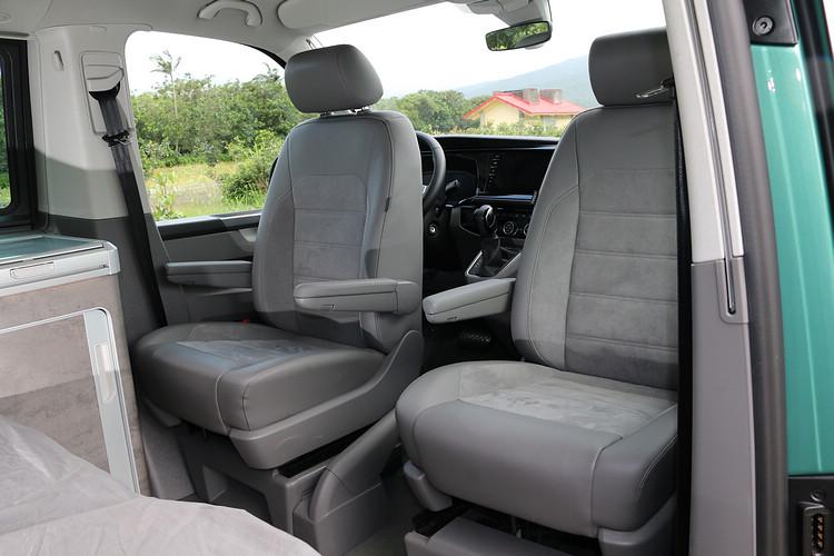 雙前座可旋轉180度面向後方,不過駕駛座受限於流理台和方向盤,腿部空間和椅背角度會因此受到限制。