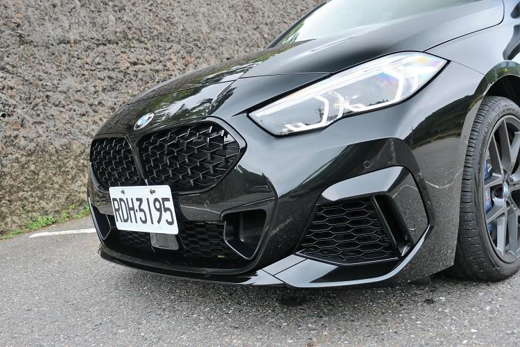 車頭的格柵都換上黑色套件,前方進氣孔是為了散熱使用。