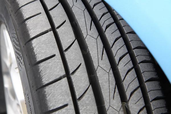 MC5屬於不對稱的花紋設計,車輪安裝或調胎時必須區分內外側。