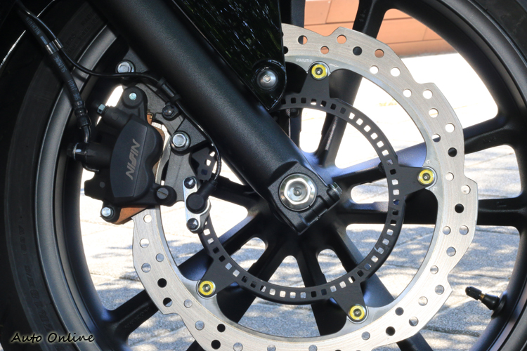 標配ABS系統,前輪採用320mm碟盤與 NISSIN雙活塞卡鉗。
