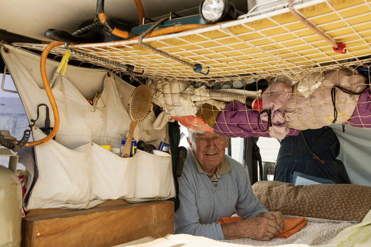 車廂同時也是他的臥室、廚房、維修工作室、DIY工廠兼裝備儲藏室。