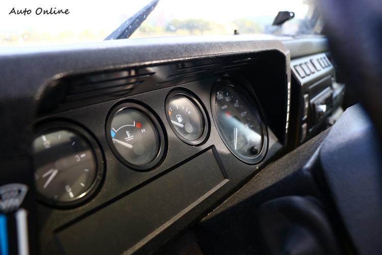 儀表板四顆圓分別為,時間、水溫、油量與車速。