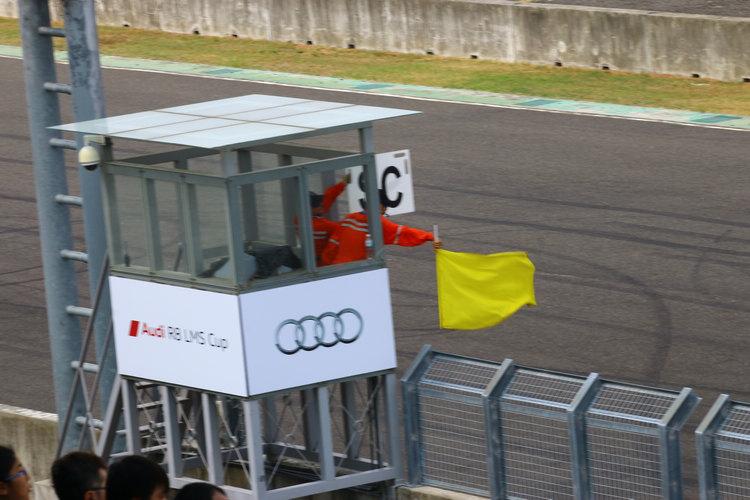SC黃旗打出,只聞全場觀眾一陣歎息聲!因為這意謂比賽結果將提前決定,不過這也意謂車手因此獲得喘息的機會。
