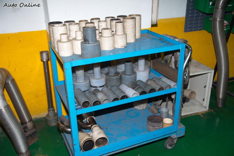 配合不同的排氣尾管口徑大小,測試室內也準備了不少不同口徑的接口。