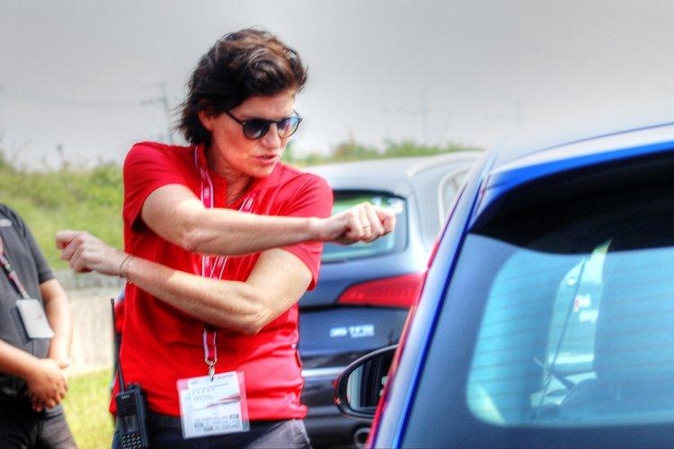 教練會隨時調整學員的駕駛方式,並且提供多次練習機會。