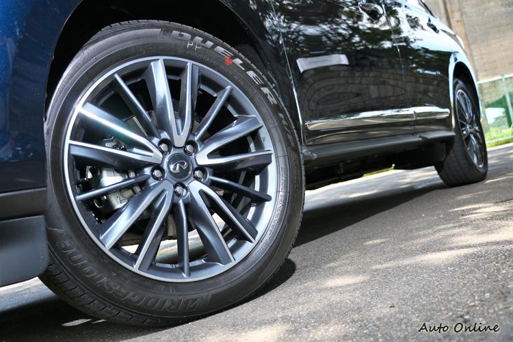 車側輪廓不變,20吋全新造型雙色鋁圈。