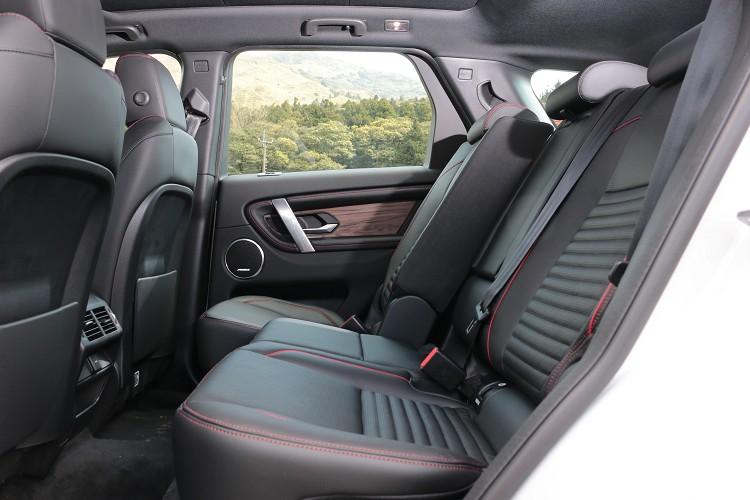 二排座椅採4 / 2 / 4設置,更具備前後滑移與椅背傾斜功能。