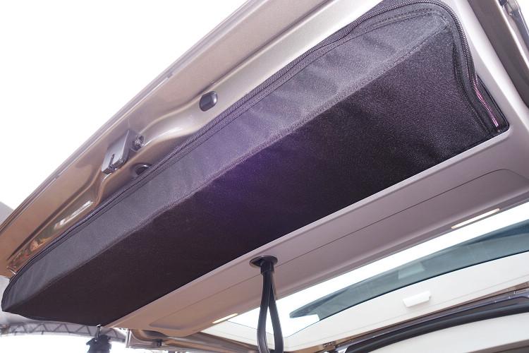 行動桌椅組分別收藏在尾廂門和側滑門內,不會佔用車內空間,而且取用相當快速方便。