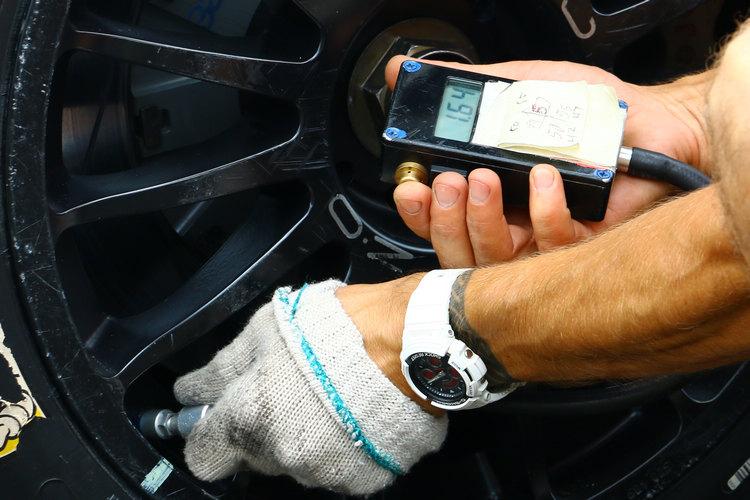 比賽前工作人員再次確認輪胎壓力,依照當時氣溫與設定的不同進行最佳調整。