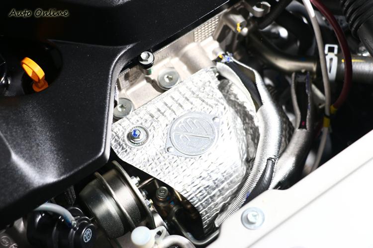 捨去排氣頭段直接做在缸體內,縮短渦輪增壓的管路。