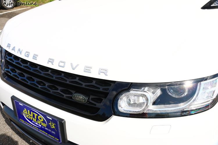 黑色鋼琴烤漆的水箱護罩,搭配上方Range Rover字樣顯得霸氣。