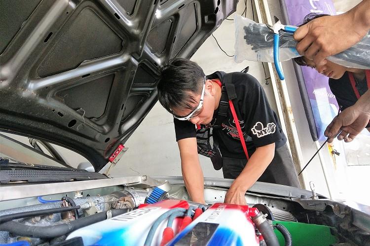 每次休息車隊長隨時注意比賽車,提供最強後盾、最給力的比賽車。