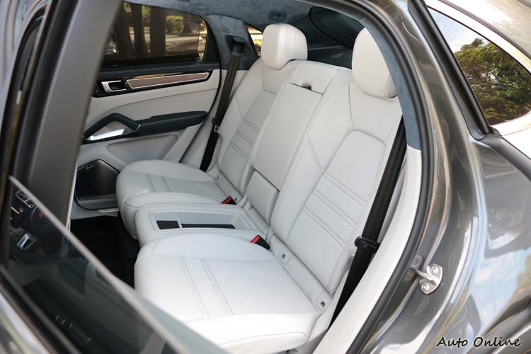 標準車型後座採獨立雙人配置,中央設有置物空間,當然消費者也能免費選配常見的舒適型三人後座。