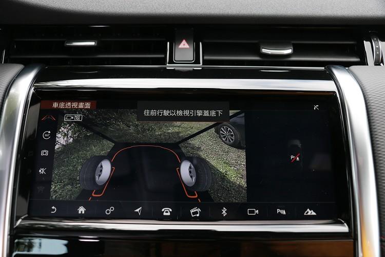 透過設置於車輛的多組環景攝影鏡頭,在車速低於30km/h狀況下,透視引擎蓋下方廣達180度的精準虛擬視角。