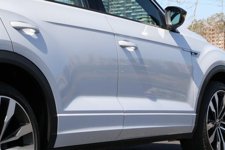 T-Roc車側的鈑件肌理感相當明顯,也創造出豐富的光影變化效果。