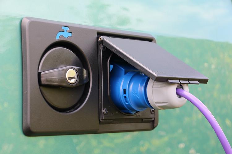 透過左後側的外接電源插孔,熄火時也能持續供應冷暖器,旁邊則是清水注入孔。