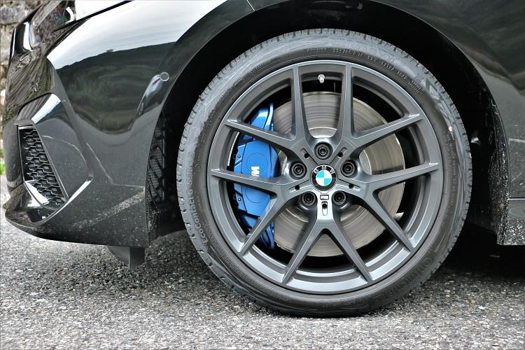 藍色M款煞車卡鉗,提升整體車輛制動性。