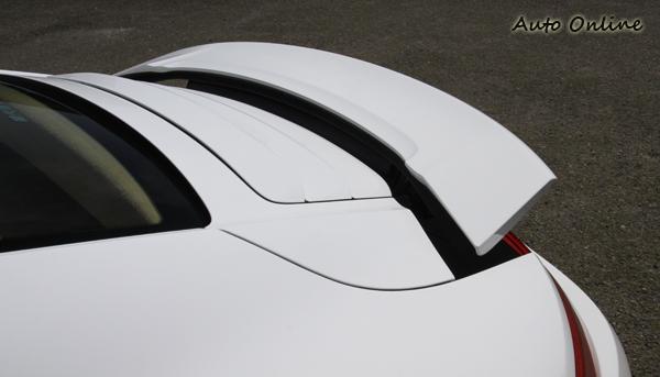 當車速超過120km/h時,擾流板會自動升起,降至80km/h時會自動收回,面積更大的後擾流板造高速時可以施以後軸880Nm的下壓力。