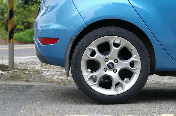 換上MC5後有種車身降低的錯覺,不過要提醒一點,許多人升級輪胎只是想把輪拱填滿,為的是視覺效果,但實際上對操控不一定有幫助。