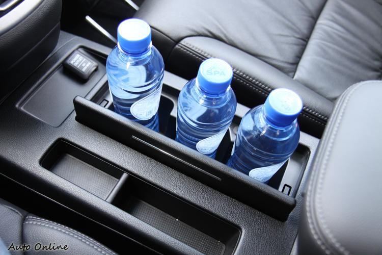 懸浮視中控台讓前座間多出了飲料/置物空間。