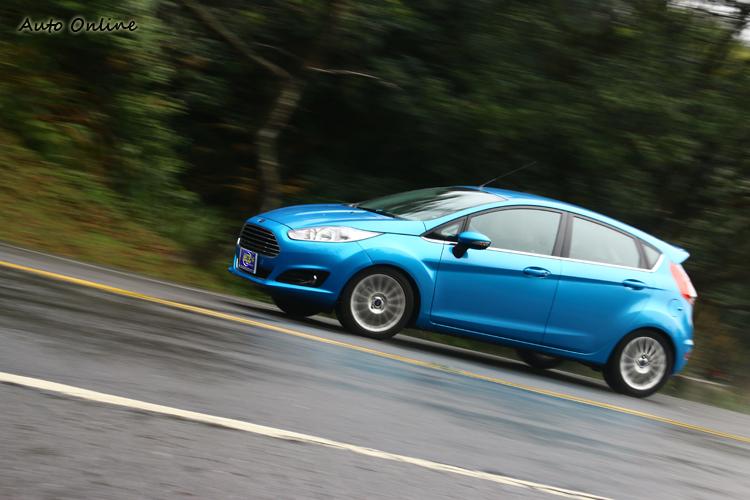 Fiesta三缸小渦輪增壓引擎,上坡動力並不足以把你甩出彎。