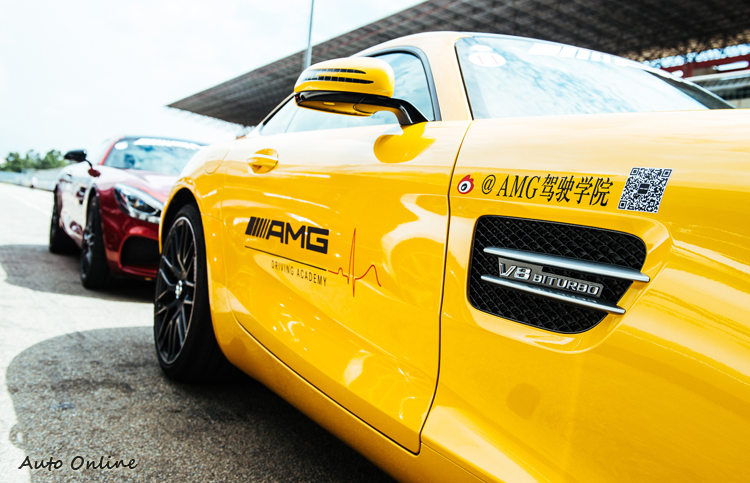 AMG駕駛學院與當地社群網站合作,掃描QR Code就可獲知活動訊息。