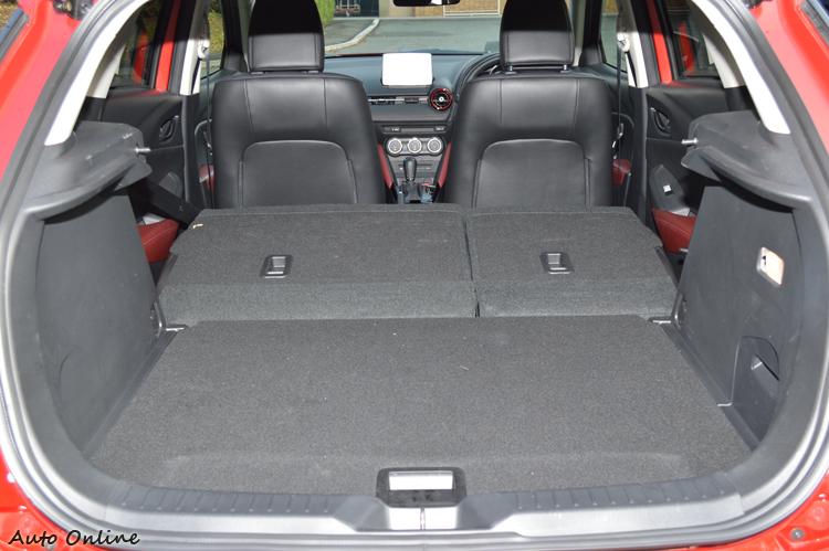 後座椅背仍具備摺疊功能,提供載運大型物品時使用。