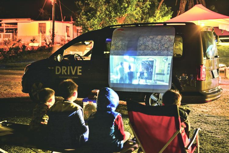 入夜後端出露營法寶:智慧型微投影機,利用車身方正特性,星空電影院立刻上演!