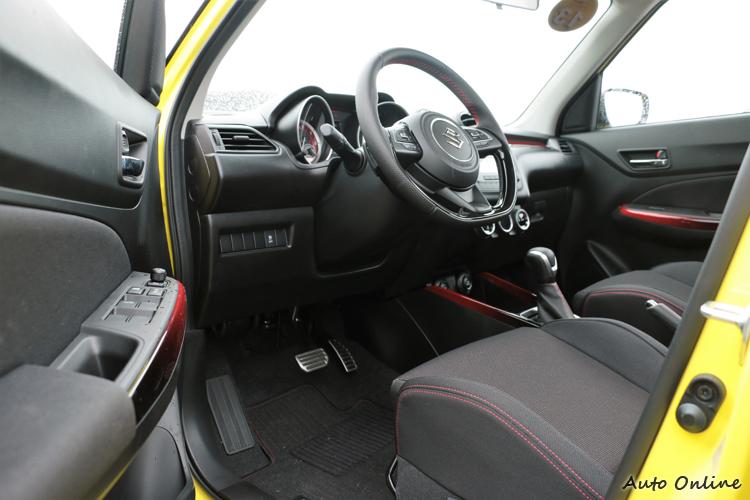 車內樣貌與一般Swift相同,不過為了要做出區隔,用了很多紅色的色彩基調。