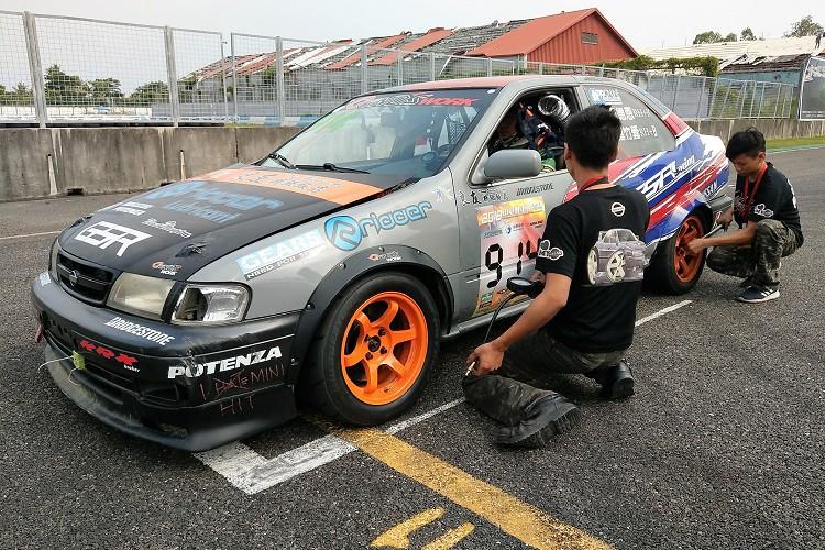 除了車隊長之外,兩位技師更是辛苦,須隨時注意車輛狀態。